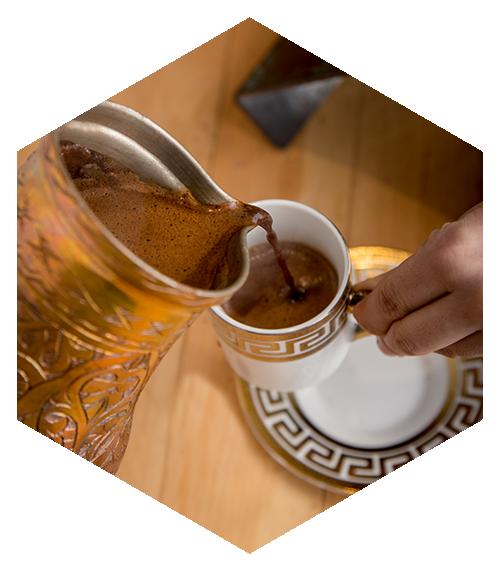 Café Turco. Preparado al momento en su mesa, con azúcar mascabado y cardamomo.