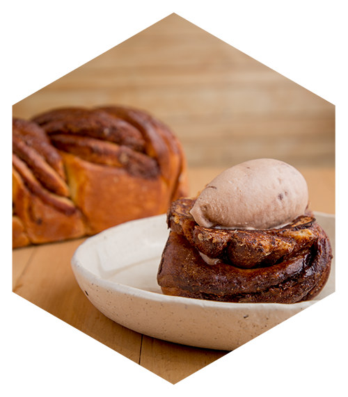 French toast de Babka de chocolate con helado de chocolate.