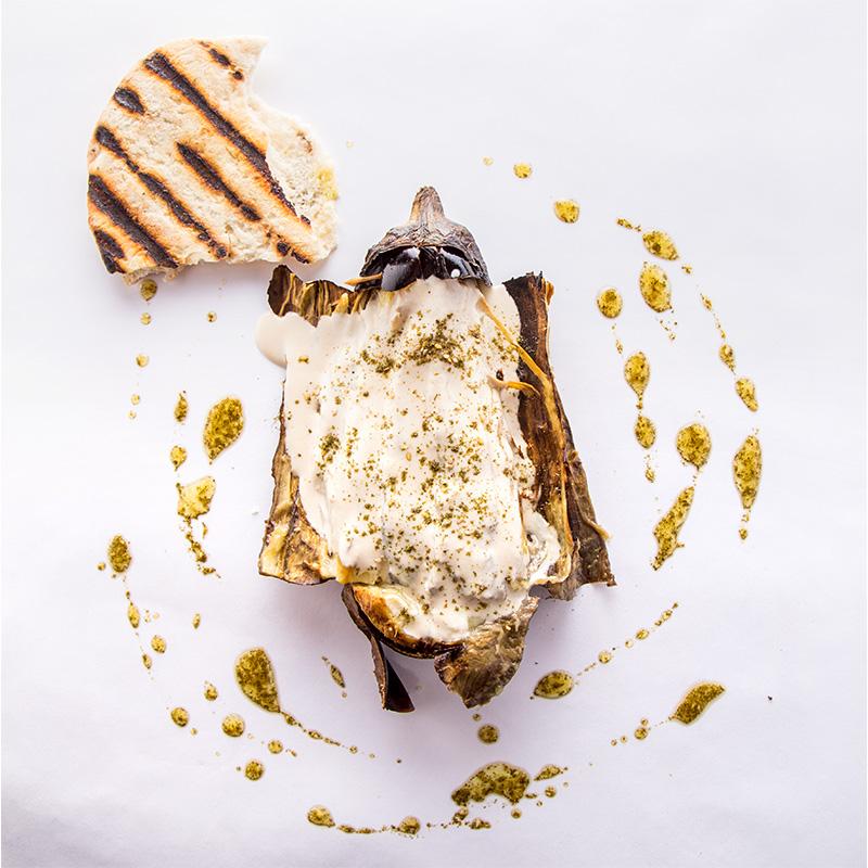 Berenjena a las brasas, tahini, vinagreta de za'atar y pan pita.