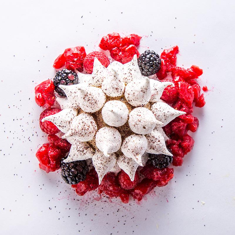 Pastel helado de ruibarbo, merengues, granizado de frambuesa, zarzamoras y sorbete de fresa.